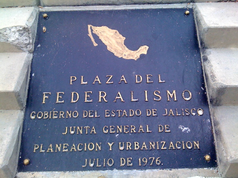 En donde esta la silueta de México originalmente estaba un modelo a escala del monumento.